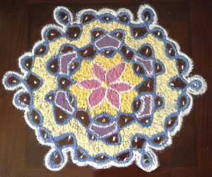 Rangoli: chikku kolam with 9-5 interlaced dots