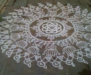 Rangoli: Bye bye aadi-5th fri kolam