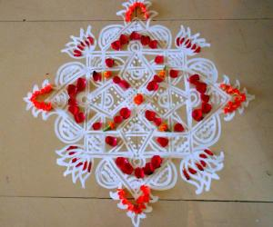 Rangoli: maakkolam with red petals