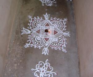 Rangoli: simple ezhlai kolam
