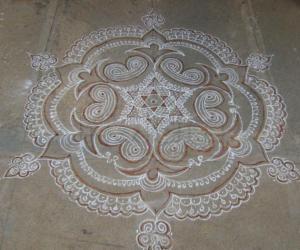 Rangoli: Designer kolam with white/kaavi kolapodi