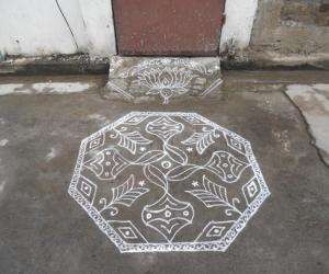 Rangoli: A simple kolam in white.