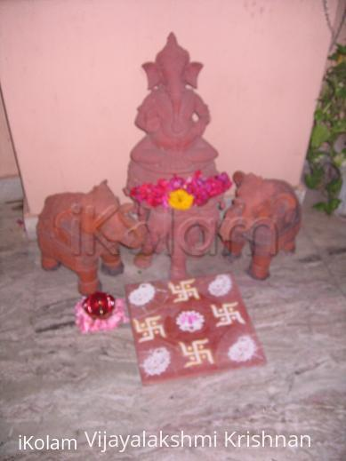 Rangoli: small swastik kolam.
